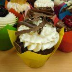 muffin cokoladovy s kremem z mascarpone-slehacky-tvarohu zdobeny cokoladovymi hoblinkami