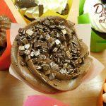 muffin vanilkovo jogurtovy s kremem cokoladovym z mascarpone-slehacky-tvarohu zdobeny zlacenou cokoladou
