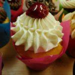 muffin vanilkovo jogurtovy s kremem z mascarpone-slehacky-tvarohu a visni