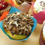 muffin vanilkovo jogurtovy s kremem z mascarpone-slehacky-tvarohu zdobeny barevnou cokoladou