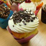 muffin vanilkovo jogurtovy s kremem z mascarpone-slehacky-tvarohu zdobeny cokoladou