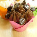 muffincokoladovy s kremem cokoladovym z mascarpone-slehacky-tvarohu zdobeny kavovymi zrnky