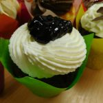 muffincokoladovy s kremem z mascarpone-slehacky-tvarohu a boruvkami