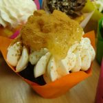 muffincokoladovy s kremem z mascarpone-slehacky-tvarohu a jablko se skorici