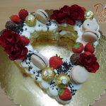 srdicko s jahodami kvetinami a cokoladovymi bombony