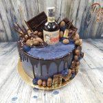 narozeninovy dort s lahvi alkoholu