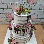 stekany svatebni dort s kvetinami a ovocem