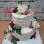 dort kremovy svatebni s kvetinami