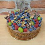 cokoladovy dort s ovocem a orechy